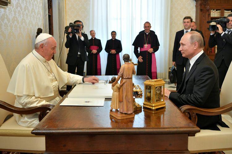 Presiden Rusia Vladimir Putin ketika bertemu Pemimpin Gereja Katolik Roma Paus Fransiskus di Vatikan Kamis (4/7/2019).