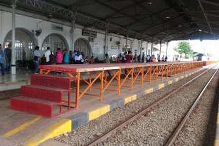 Peron sementara untuk KRL Commuter Line yang sudah mulai dipasang di Stasiun Rangkasbitung, Banten, Jumat (13/1/2017). Pada akhir Januari atau paling lambat pada awal Februari 2017, layanan KRL Commuter Line mulai melayani hingga Rangkasbitung untuk pemberangkatan dari Stasiun Tanah Abang.