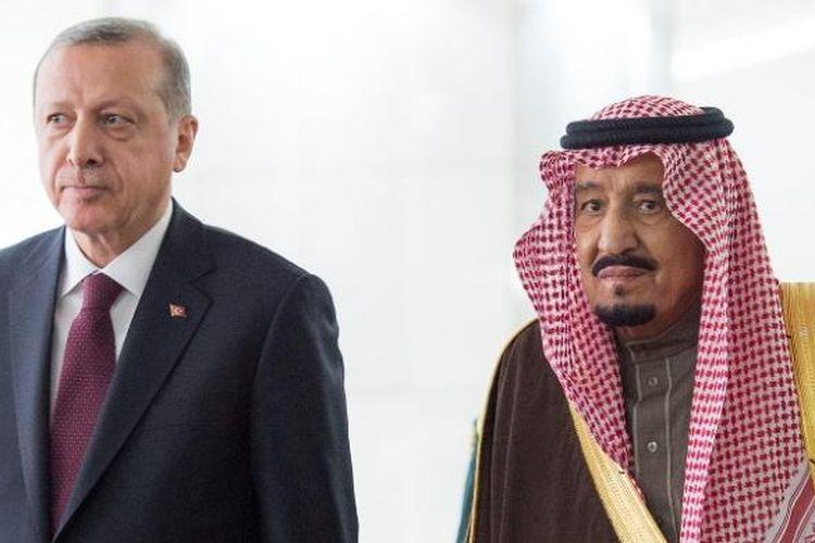 Raja Arab Saudi Salman bin Abdul Aziz saat bertemu Presiden Turki Recep Tayyip Erdogan di Riyadh pada 14 Februari lalu. Raja Salman dijadwalkan berkunjung ke Indonesia pada 1-9 Maret mendatang.