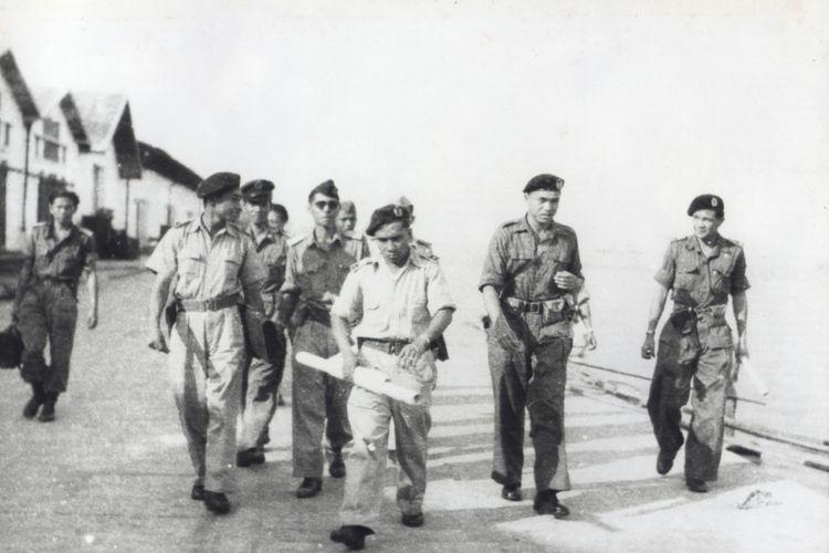 Kol. A.E. Kawilarang dan staf tiba di Makassar pada 20 April 1950 dan disambut hangat oleh Mayor H.V. Worang. Tampak Kol. A.E. Kawilarang bersama rombongan sedang berjalan menuju kota Makassar untuk mengatasi Pemberontakan Andi Aziz.