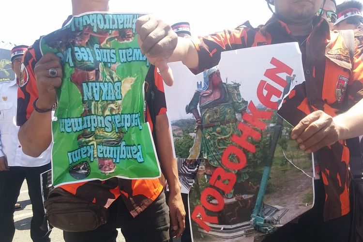 Aksi protes patung panglima perang Tiongkok di Tuban oleh massa LSM Surabaya