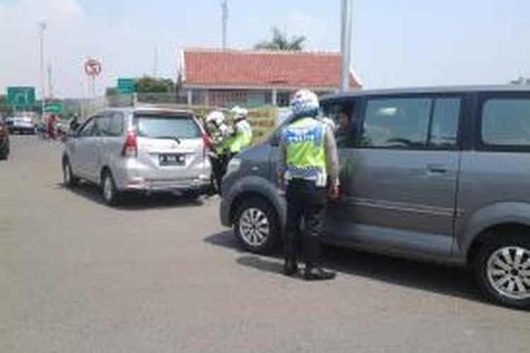 Sejumlah polisi lalu lintas Polres Bandara melakukan razia taksi gelap di Terminal 2 Bandara Soekarno-Hatta, Tangerang, Kamis (11/8/2014).