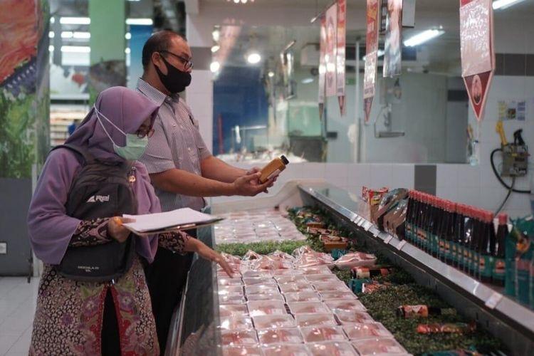 Petugas memeriksa makanan dalam inspeksi mendadak ke beberapa distributor makanan di bulan Ramadhan dan menjelang Lebaran 2021 di Solo, Jawa Tengah, Selasa (27/4/2021).