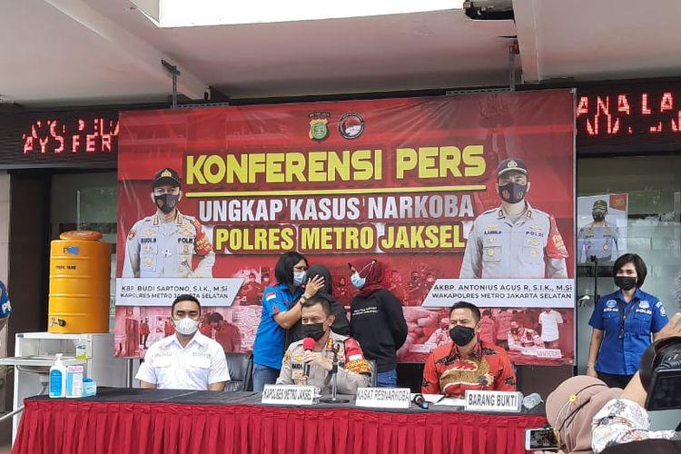 Kapolres Metro Jakarta Kombes Budi Sartono, menjelaskan penangkapan Ratna Fairuz atau Iyut Bing Slamet dilakukan di rumahnya di kawasan Kramat Sentiong, Jakarta Pusat.