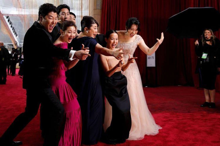Keseruan para pemain film Parasite di Red Carpet Oscar 2020 yang dihelat di Dolby Theatre Hollywood, Los Angeles, Senin (10/2/2020)