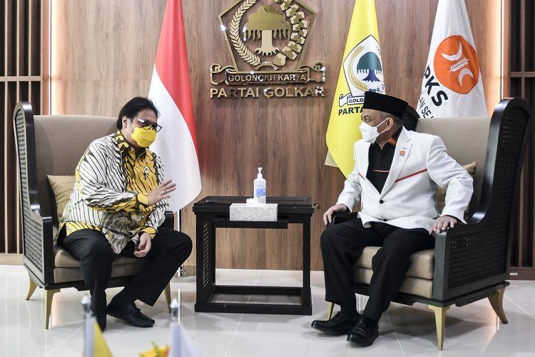 Ketua Umum DPP Partai Golkar Airlangga Hartarto (kiri) berbincang dengan Presiden PKS Ahmad Syaikhu (kanan) saat melakukan pertemuan di kantor DPP Partai Golkar, Jakarta, Kamis (29/4/2021). Pertemuan tersebut dilakukan dalam rangka melakukan silaturahim kebangsaan guna mempererat hubungan komunikasi sesama partai politik. ANTARA FOTO/Muhammad Adimaja/wsj.