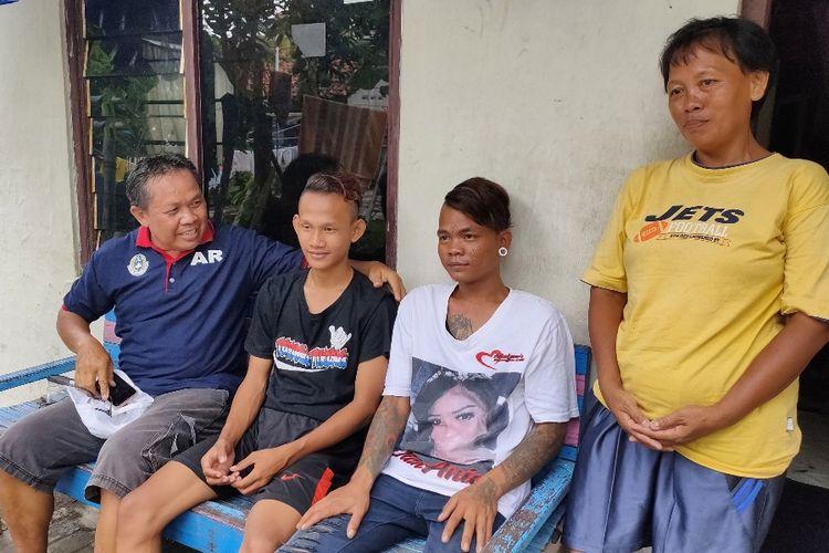 Norsoban dan Gunawan ABK selamat dari peristiwa kapal terbalik di perairan Bangka, saat bersama ibunya Misnah ditemui ketua RW setempat di Kelurahan Pesurungan Kidul, Kecamatan Tegal Selatan, Kota Tegal, Jawa Tengah,Minggu (1/3/2020)