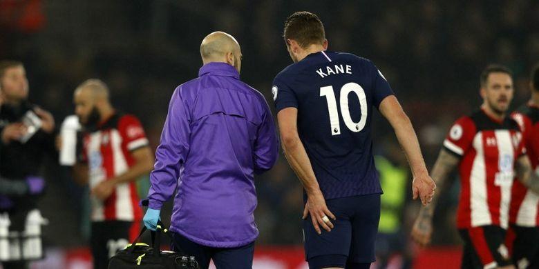Striker Tottenham Hotspur, Harry Kane, meninggalkan lapangan setelah menderita cedera pada laga Liga Inggris kontra Southamton di Stadion St Marys, Southampton, Inggris pada 1 Januari 2020.