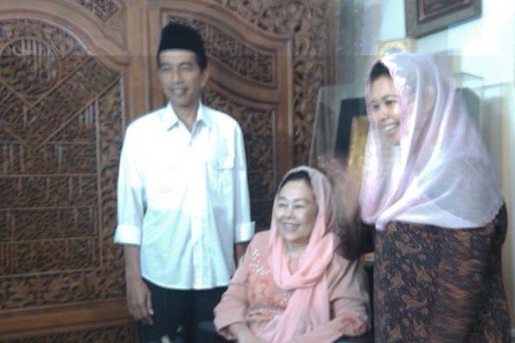 Gubernur Joko Widodo (kiri), Istri Almarhum Gusdur, Shinta Nuriyah Wahid (tengah), dan Yenni Wahid (kanan), Saat Foto Bersama Usai Bersilaturahmi di Kediaman Alm. Gusdur, Di Ciganjur, Jagakarsa, Jakarta Selatan, Selasa Malam (25/3/2014)