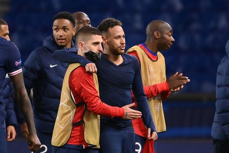 Penyerang Paris Saint-Germain (PSG) Neymar (kanan) merayakan kemenangan dengan rekan setim Marco Verratti (kiri) setelah laga leg kedua perempat final Liga Champions UEFA PSG vs Bayern Muenchen di Stadion Parc des Princes pada 13 April 2021.