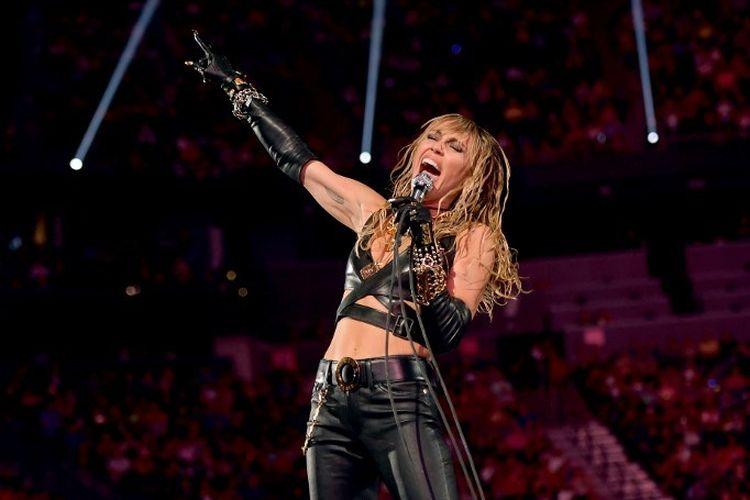 Penyanyi Miley Cyrus tampil di panggung 2019 iHeartRadio Music Festival yang diselenggarakan di T-Mobile Arena, Las Vegas, Nevada, pada 21 September 2019.