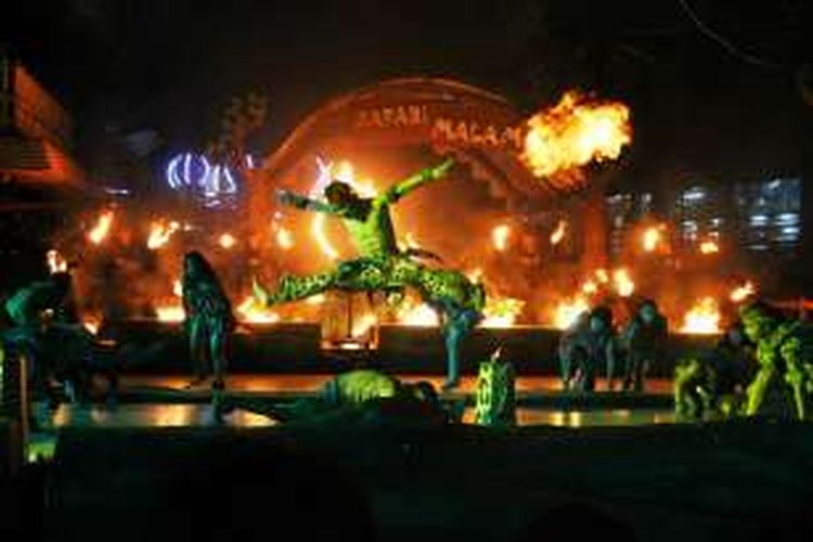 Atraksi fire dance yang diadakan Taman Safari Indonesia, Ciawi , Bogor. Pertunjukan tersebut hanya dipersembahkan bagi wisataran yang mengunjungi program Safari Night.