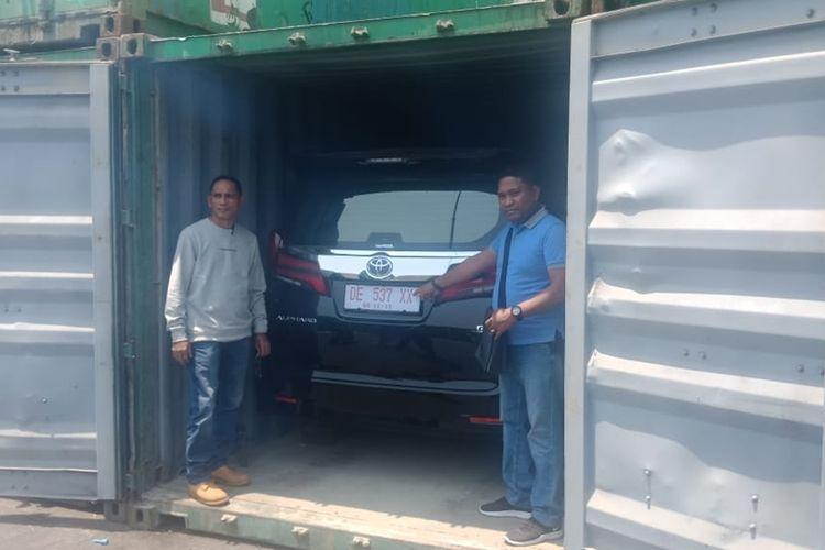 Tim Polda Maluku berhasil menyita sebuah mobil Toyota Alphard dari dalam sebuah kontainer di Depo 6 Teluk Bayur-Tanjung Perak, Surabaya, pada Selasa (12/11/2019). Mobil yang disita itu merupakan salah satu aset milik tersangka kasus penggelapan dana nasabah BNI Ambon Faradiba Yusuf(KOMPAS.COM/RAHMAT RAHMAN PATTY)