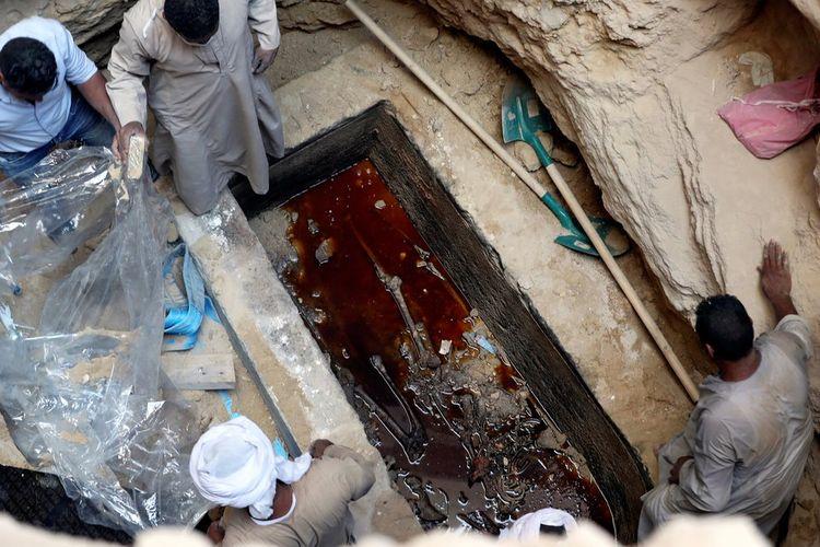 Bau itu rupanya bukan bau kutukan kuno, tetapi air selokan yang menyusup masuk ke dalam peti mati.