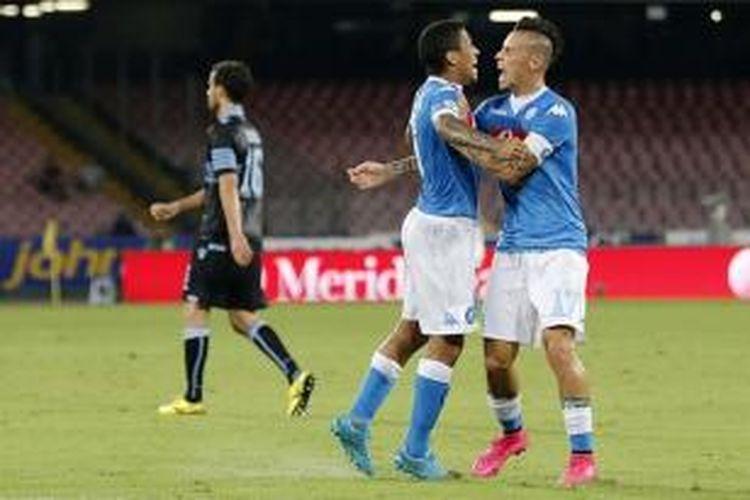 Marek Hamsik merayakan gol Napoli ke gawang Lazio bersama Allan, Minggu (20/9/2015).