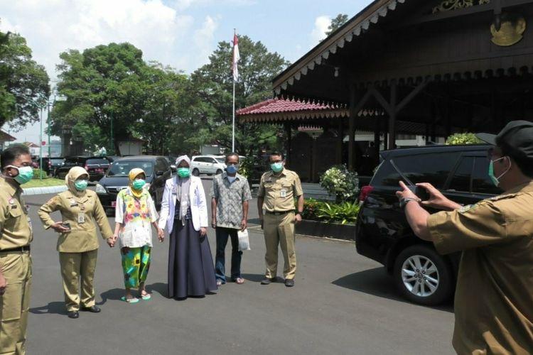 Bupati Banyumas Achmad Husein mendokumentasikan kedatangan nenek berinisial W yang diantar manajemen dan tim medis RSUD Margono Soekarjo di kompleks Pendapa Sipanji Purwokerto, Kabupaten Banyumas, Jawa Tengah.