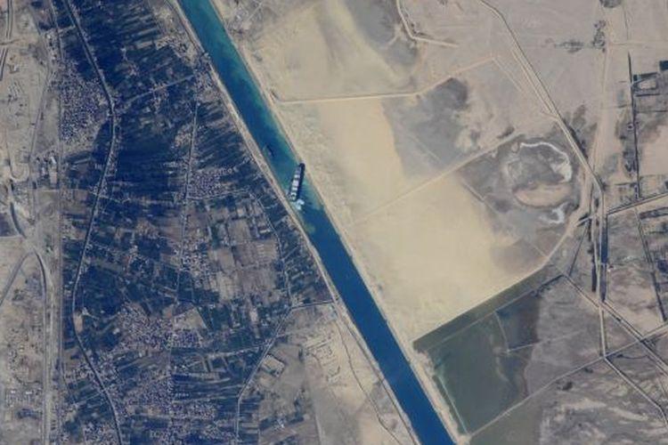 Kosmonot Rusia Sergey Kud-Sverchkov membagikan gambar yang diambil dari Stasiun Luar Angkasa Internasional dari kapal kargo Ever Given terjebak miring di Terusan Suez pada 27 Maret 2021. (Image credit: Roscosmos / NASA)