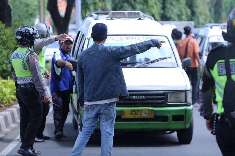 Sejumlah supir angkot menghentikan angkutan umum yang beroperasi saat melakukan demo dengan aksi mogok tarik penumpang di Pusat Pemerintahan Kota Tangerang, Rabu (8/3/2017). Ratusan sopir meminta pemerintah agar melarang angkutan online beroperasi di Tangerang.
