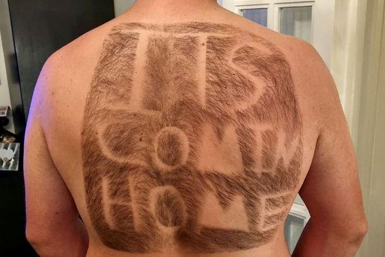 Scaffolder Alfie Callagher-Roberts (23 tahun), penggemar timnas Inggris yang mencukur bulu punggungnya. [Alfie Callagher-Roberts/SWNS Via The Daily Star]