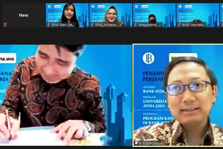 Proses penandatanganan kerjasama antara Unika Atma Jaya dengan BI Institute.