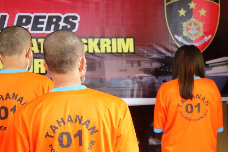Bersama empat temannya, seorang kepala sekolah di Kabupaten Cianjur, Jawa Barat, digerebek saat pesta sabu di rumah kontrakan.