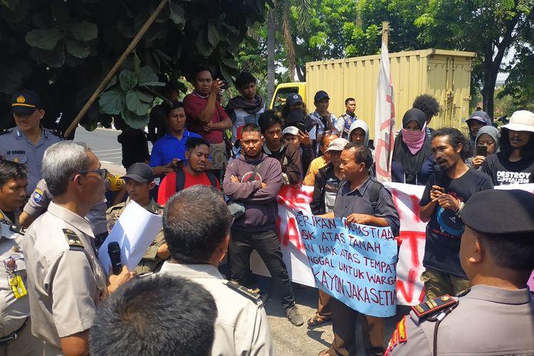 Korban penggusuran di Pekayon dan Jakasetia, Bekasi menuntut kejelasan hak atas tanah dan tempat tinggal mereka terhadap BPN Kota Bekasi.