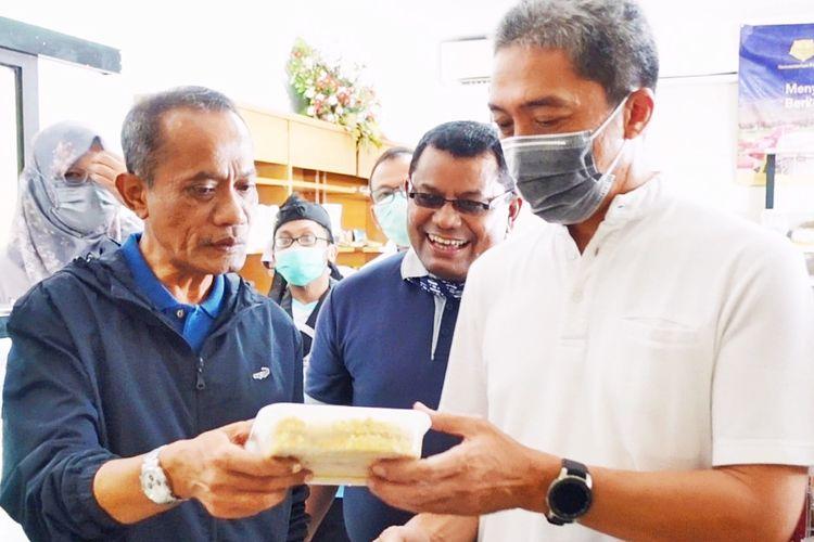 Kepala Badan Ketahanan Pangan Kementerian Pertanian Agung Hendriadi (kiri) dan Wakil Wali Kota Bogor Dedie Abdul Rachim (kanan) mengunjungi outlet Pasar Mitra Tani (PMT) dan Gerai Pangan Lokal (GPL) pada Minggu (28/3/2021).