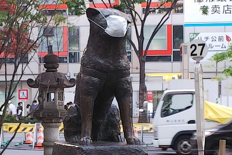 Patung Hachiko di Stasiun Shibuya juga dipakaikan masker saat pandemi Covid-19 di Jepang.
