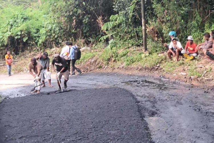 Dinas Pekerjaaan Umum dan Perumahan Rakyat (PURP) Kota Ambon memperbaiki ruas jalan yang rusak di kawasan Benteng Karang, Kecamatan Teluk Ambon, Senin (27/9/2021). Perbaikan jalan itu dilakukan setelah warga setempat memblokade ruas jalan tersebut