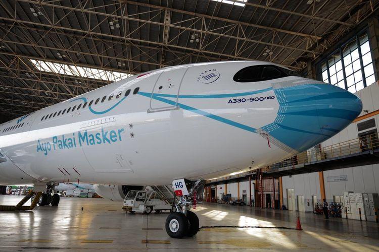 Pesawat Garuda Indonesia yang dipasangkan masker di bagian depannya