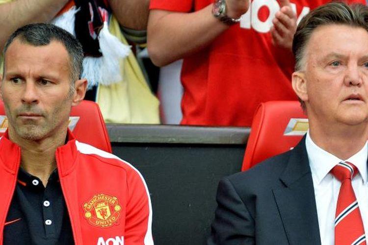 Manajer Manchester United Louis van Gaal (kanan) dan asistennya, Ryan Giggs, sebelum pertandingan Premier League antara MU dan Swansea City, di Old Trafford, Sabtu (16/8/2014).