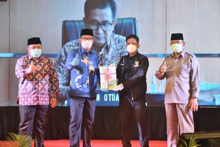 Penyerahan berkas dokumen Daerah Otonomi Baru (DOB) Kabupaten Bogor Barat dilakukan secara simbolis kepada Ditjen Otda di Ponpes Asaefurrohim Sulaimaniyah, Kecamatan Jasinga, Kabupaten Bogor, Jawa Barat pada Selasa (15/12/2020).