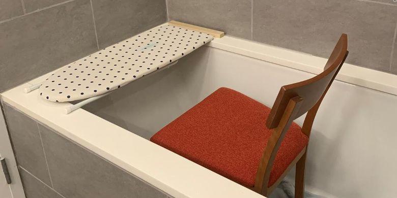 Meja kerja darurat di bak mandi.