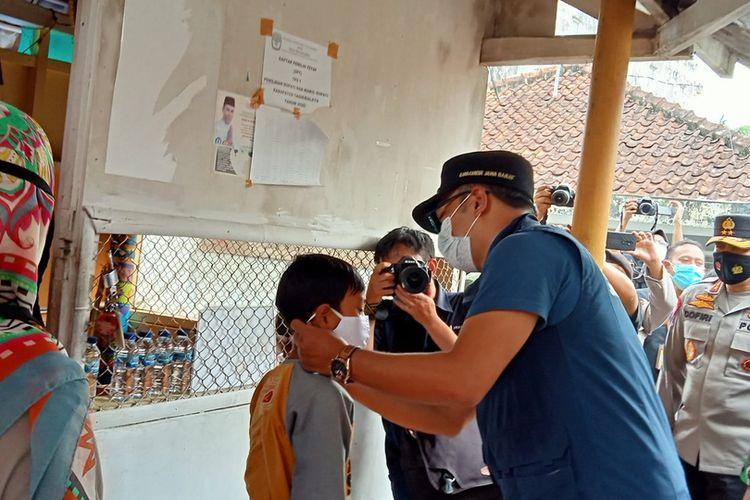Gubernur Jawa Barat, Ridwan Kamil, blusukan ke pasar dan gang sempit untuk memberikan semangat, edukasi dan membagikan masker dalam pencegahan Covid-19 di Singaparna, Kabupaten Tasikmalaya, Rabu (20/1/2021).