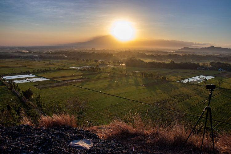 Matahari Terbit Dilihat dari Gunung Pegat Sukoharjo.