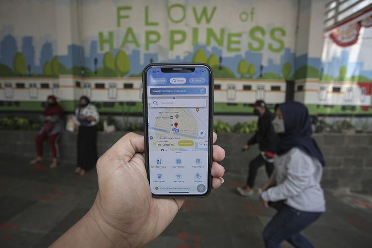 Warga menggunakan aplikasi PeduliLindungi di kawasan Stasiun Sudirman, Jakarta, Sabtu (28/8/2021).  ANTARA FOTO/Dhemas Reviyanto/wsj.