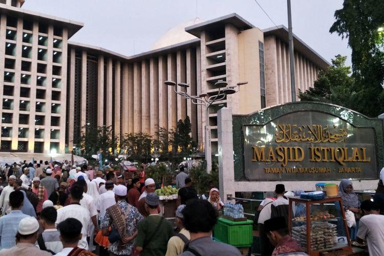 Warga yang hendak menunaikan Shalat Idul Fitri 1439 H mulai memadati Masjid Istiqlal, Jakarta Pusat, Jumat (15/6/2018).