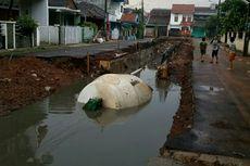 Truk Molen Tercebur di Kali Pamulang, Warga Keluhkan Banjir sebagai Imbasnya