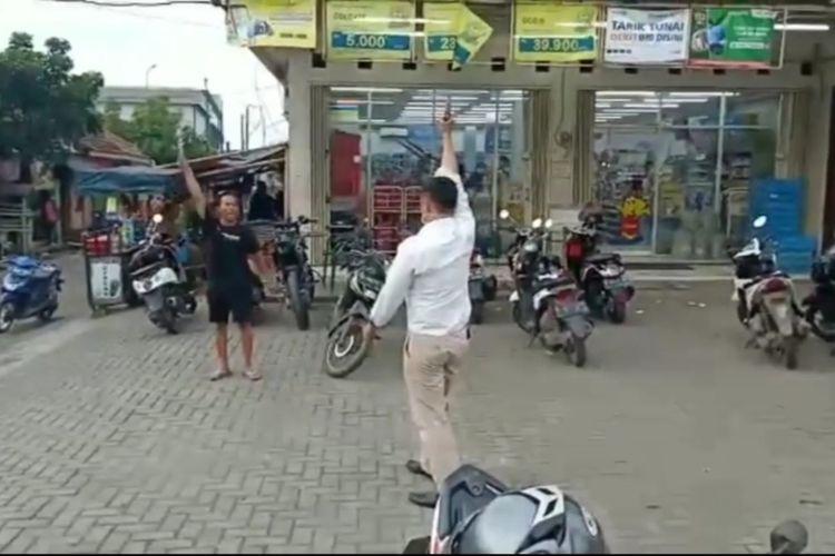 Viral video seorang pria ancam polisi dengan pisau saat hendak diamankan di Tangerang, Selasa 24 Maret 2020.