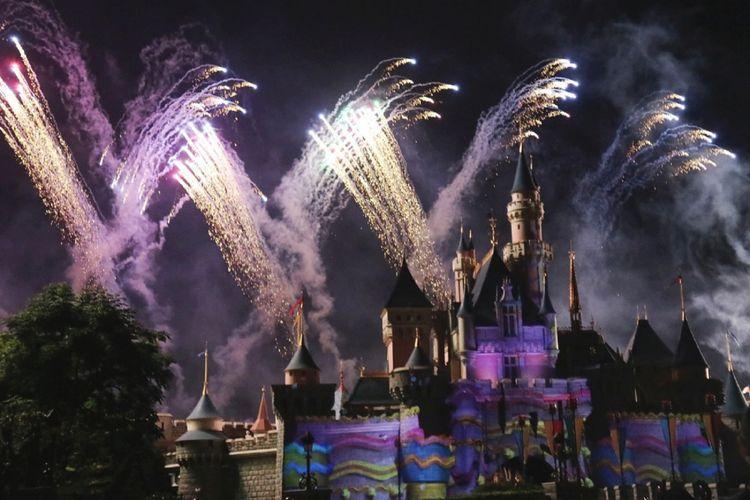 Pertunjukkan kembang api Disney in the Stars yang memukau di Kastil Sleeping Beauty, Hong Kong Disneyland, Hongkong (12-14/10/2017).