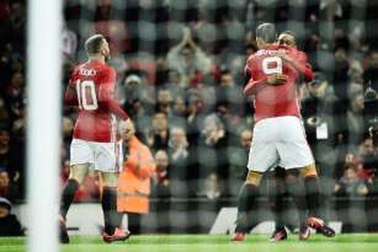 Penyerang Manchester United, Anthony Martial (kanan), merayakan gol bersama rekannya, Zlatan Ibrahimovic (tengah) dan Wayne Rooney pada pertandingan perempat final Piala Liga Inggris melawan West Ham United di Stadion Old Trafford, Rabu (30/11/2016).