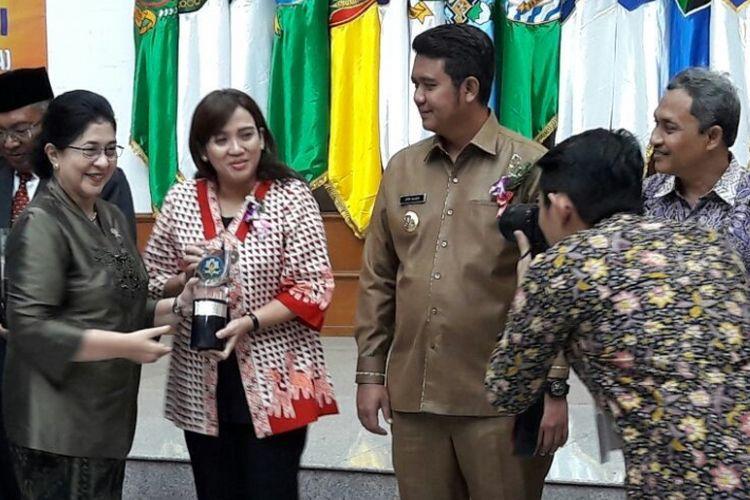 Tia Hendrar Prihadi, istri Wali Kota Semarang Hendrar Prihadi, (tengah, memegang penghargaan Swastisaba Wiwerda). Kota Semarang meraih kembali penghargaan Kota Sehat Tahun 2017 dari Kementerian Kesehatan.