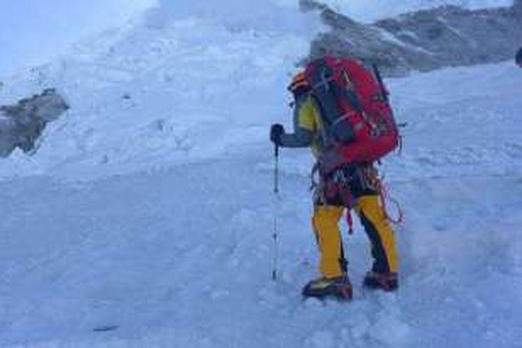 Tim UPL MPA Unsoed sedang plotting jalur pendakian. Tepat di depan tim, terdapat longsoran salju yang menutup jalur pendakian ke Puncak Gunung Huascaran, Peru.