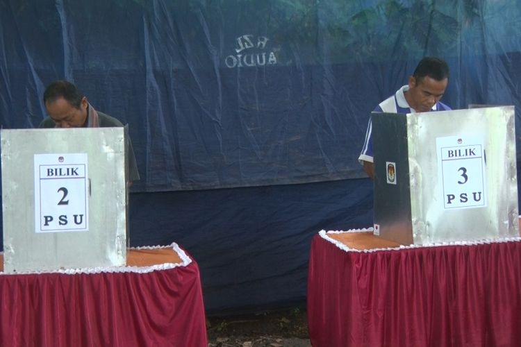 Warga melakukan pencoblosan pada saat pemungutan suara ulang di TPS 03 desa Timahan Kecamatan Kampak kabupate Trenggalek Jawa Timur (25/04/2019)