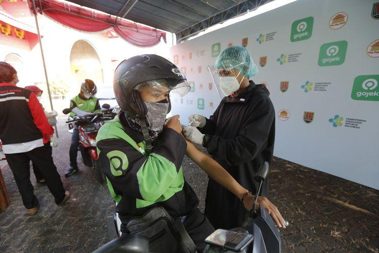 Driver ojek online saat mengikuti vaksinasi drive thru di Klenteng Sam Poo Kong, Semarang, Jawa Tengah.
