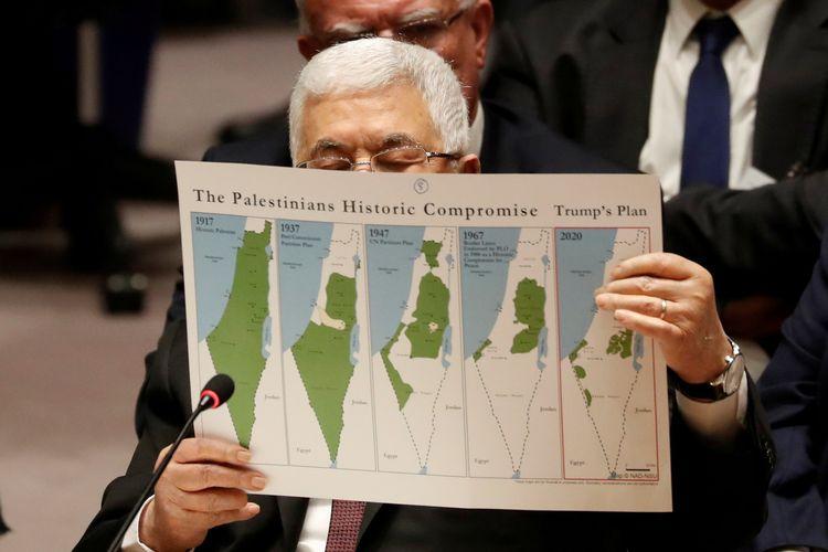 Presiden Palestina Mahmoud Abbas memegang peta yang menunjukkan Negara Palestina di masa depan berdasarkan rencana perdamaian Presiden AS Donald Trump dalam pertemuan Dewan Keamanan PBB di New York, pada 11 Februari 2020.