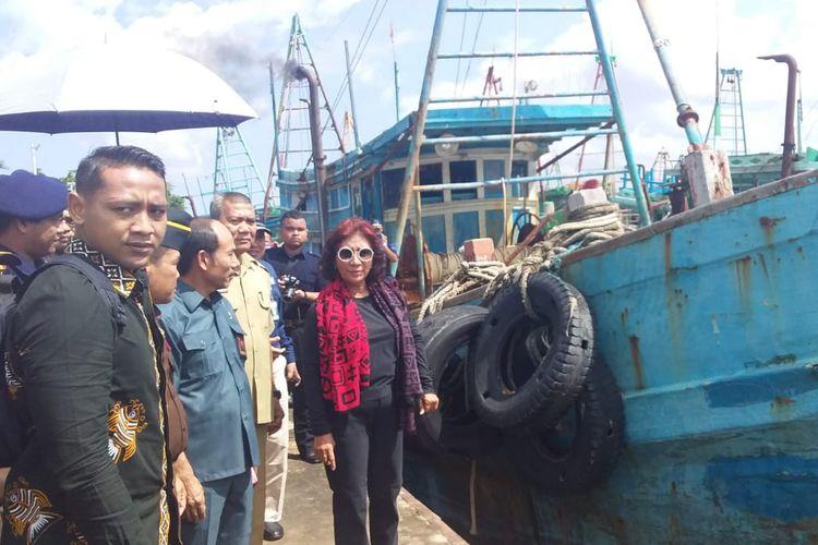 Menteri Kelautan dan Perikanan, Susi Pudjiastuti saat meninjau kapal asing di Stasiun PSDKP Pontianak, Kalimantan Barat, Selasa (30/4/2019)