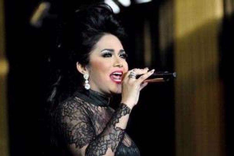 Penyanyi Krisdayanti tampil pada pembukaan Kemang Fashion Week Diva Glam di Lippo Mall Kemang, Jakarta Selatan, Rabu (10/4/2013). Acara ini merupakan peragaan fashion akbar yang digelar oleh Lippo Mall Kemang selama lima hari, dari 10 hingga 14 April 2013 dengan menampilkan 33 desainer Indonesia dan 24 international brand.