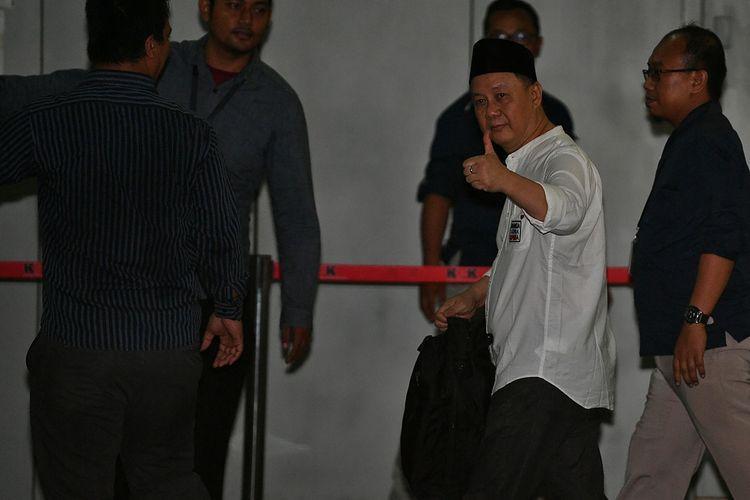Mantan Kepala Badan Penyehatan Perbankan (BPPN) Syafruddin Arsyad Temenggung (kedua kanan) meninggalkan Rutan Kelas 1 Jakarta Timur Cabang Rutan KPK, Jakarta, Selasa (9/7/2019). Syafruddin adalah terdakwa perkara dugaan korupsi penghapusan piutang Bantuan Langsung Bank Indonesia (BLBI) terhadap Bank Dagang Negara Indonesia yang divonis bebas oleh Mahkamah Agung dari segala tuntutan hukum. Ia sebelumnya dihukum 15 tahun penjara pada tingkat banding. ANTARA FOTO/Sigid Kurniawan/wsj.