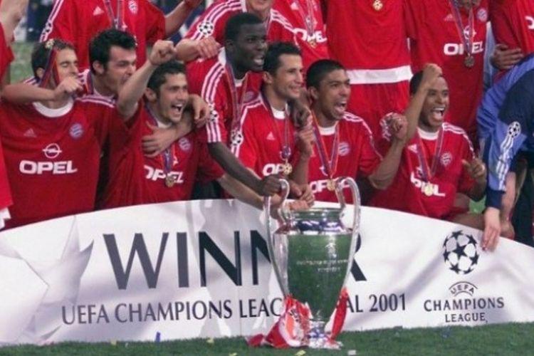 Para pemain Bayern Muenchen merayakan kesuksesan menjuarai Liga Champions 2000-2001 usai menaklukkan Valencia pada final di Giuseppe Meazza, Milan, 23 Mei 2001.